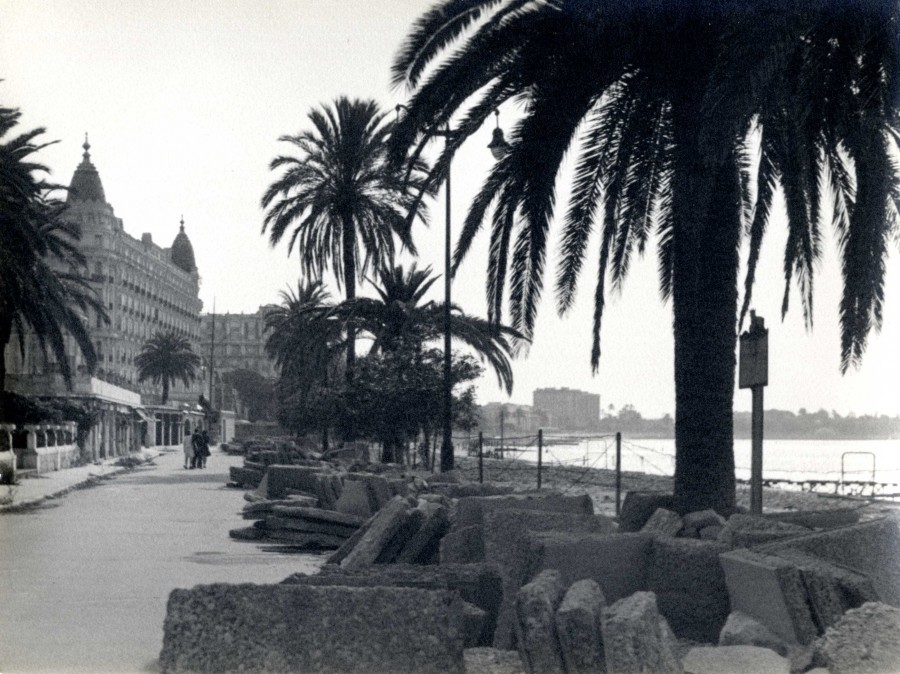 Photographie du boulevard de la Croisette et du Carlton apr�s la lib�ration de Cannes, 1944 (Don de Madame SMERIL)